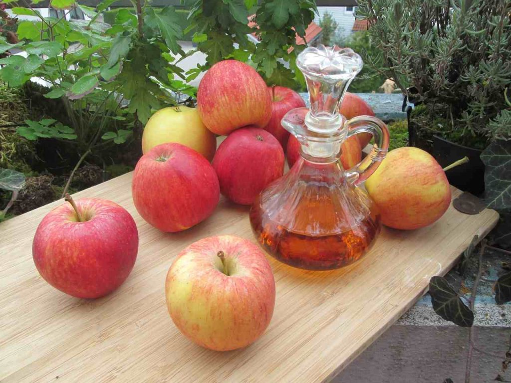 nagels fan hûdhûd - Apple Cider Vinegar and Hair - it natuerlik sûnenswurdboek - thenaturalhealthdiction.com - Ofbylding troch wicherek út Pixabay - apples-1008880_1280