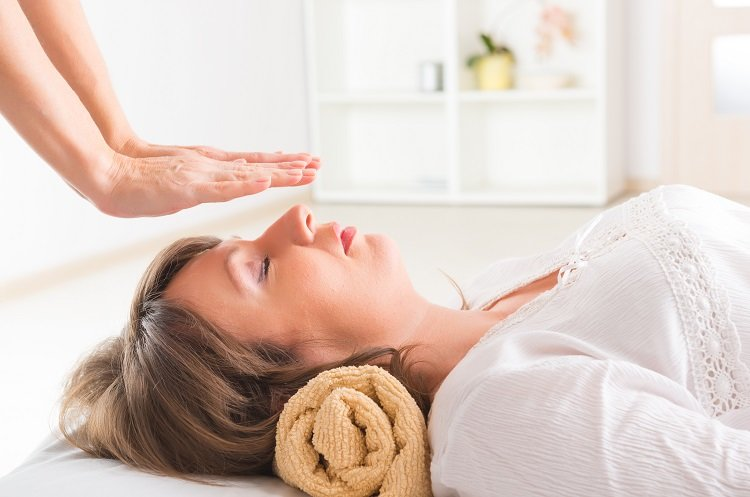 Reiki Maka Mbelata Nchegbu Gị-thenaturalhealthdictionary.com/wp-content/uploads/2019/12/Reiki-For-Your-Stress-Reduction-1-1.jp